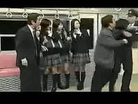 日本最新恶搞搞笑!美女被偷拍裙底