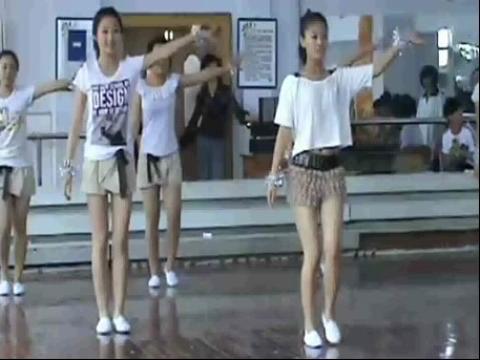 超短裤美女中学生漂亮健美操