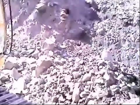 美女挖掘机手驾驶卡特挖掘机工作视频