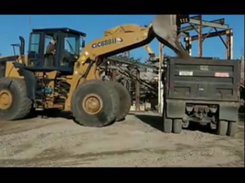 装车工作的柳工clg888轮式铲车视频-铲车装车技巧讲座视频 铲车装车
