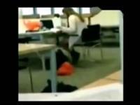 实拍女生与老师办公室激情热吻一幕