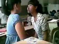 中学生情侣公交车激情一幕【男