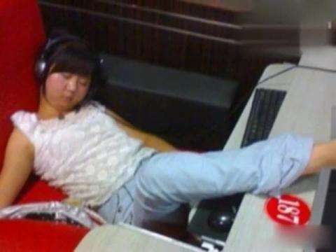 网吧美女尴尬睡姿搞笑视频