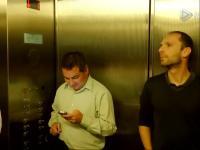 在电梯里放屁搞笑恶作剧