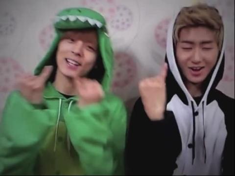 2个超迷人韩国小清新男生穿卡通衣淘气表演《可爱颂
