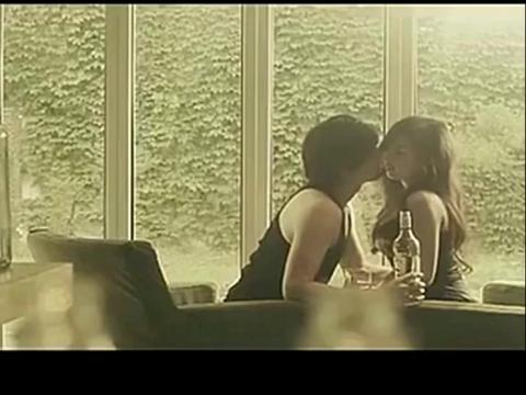 《被爱情所骗》吻戏床戏脱戏吻胸片