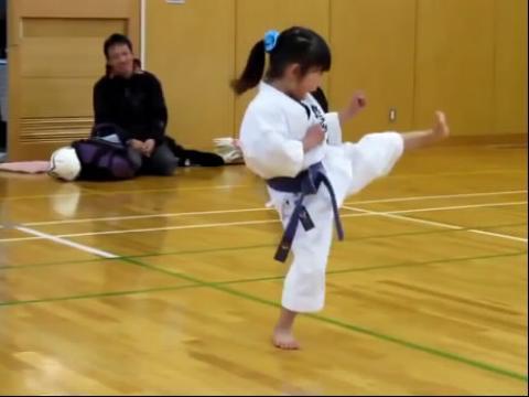 日本5岁超可爱小女孩的空手道考试