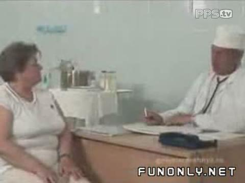 男医生听诊器恶搞美女患者