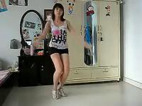 长腿美女可爱热舞