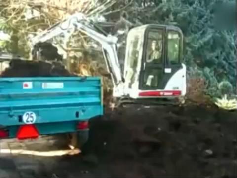 高清山猫微型挖掘机装车工作表演视频