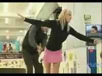 搞笑视频 可爱短裙美女冰场
