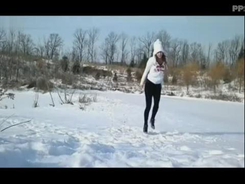 雪地上的美女鬼步舞