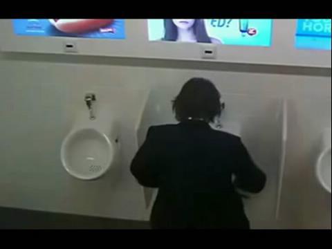 美女福利 绝色美女恶搞男厕所