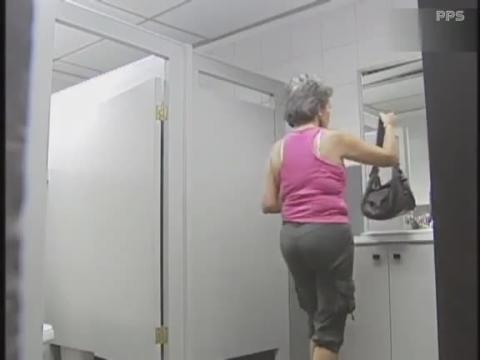 【恶搞视频】美女如厕遭外星人骚扰慌忙提裤逃跑