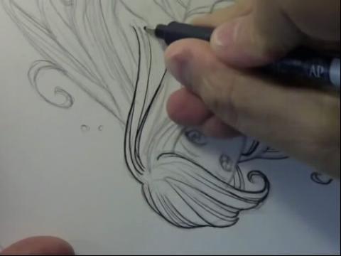 纹身女生脚环学画画