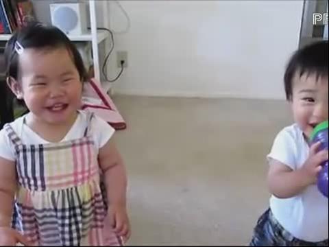 两个可爱的大笑宝宝