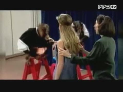 国外节目恶搞美女 与猩猩接吻搞笑视频