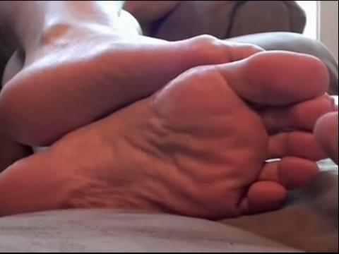 熟睡的女友挠脚心