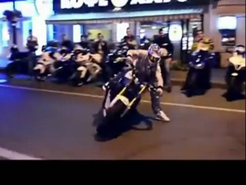 90后美女街头秀摩托车特技