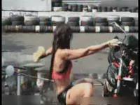 视频简介:奇葩美女逆天示范