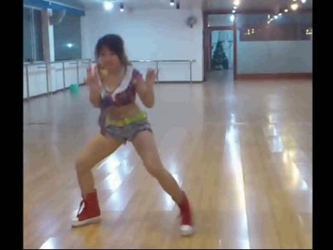 超短裤美女中学生舞蹈run